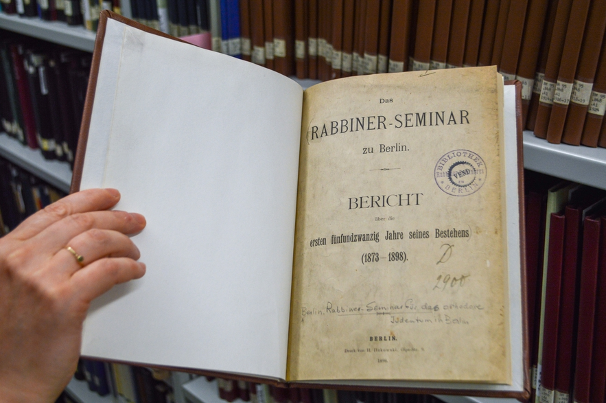 A lecture published as part of the Jahres-Bericht des Rabbiner-Seminars zu Berlinbiners